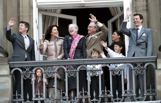 생일이면 나와서 왕실 가족이 발코니에 나와 손을 흔든다. 제일 오른쪽 둘째 왕자 요아킴과는 대사관 행사 때 만나서 인사도 한번 해봤다. 인기는 별로 없는 왕자